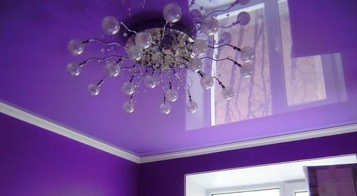 Цветные натяжные потолки с подсветкой создают особую атмосферу в доме