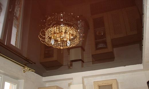 Глянцевый натяжной потолок в коричневом цвете отлично вписывается в интерьер