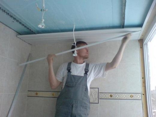 На фото показан процесс монтажа реечного алюминиевого потолка