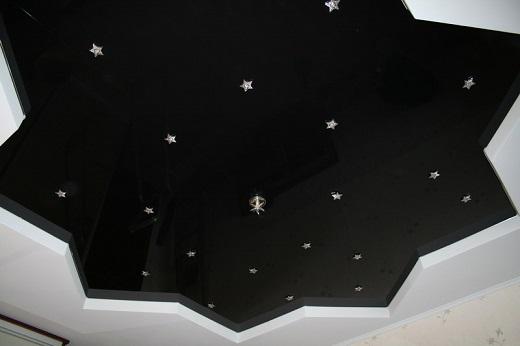 На рисунке представлен отличный пример черного глянцевого потолка с подсветкой