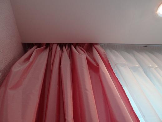 Скрытый потолочный карниз установлен в специально сооруженной нише перед потолочным полотном