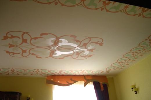 На фото потолок, покрытый акриловой краской