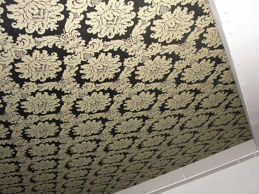 Тканевый натяжной потолок на фото