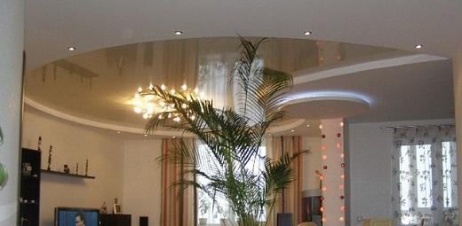 Пример эффектного оформления многоуровневого натяжного потолка в гостиной продемонстрирован на фотографии