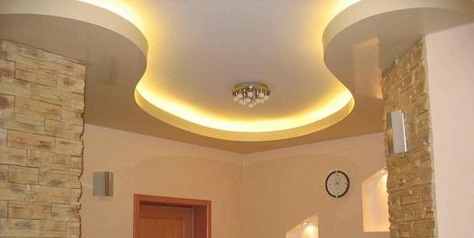 Классический интерьер коридора с матовым потолком