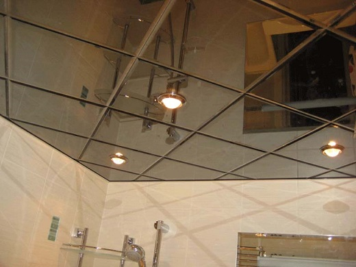 На фото оригинальный дизайн ванной комнаты с использованием зеркального кассетного потолка