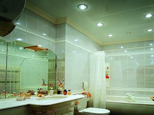 В ванной натяжные глянцевые потолки помогают визуально расширить пространство