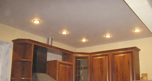 Пример  расположения 5 светильников на натяжном потолке  на фото