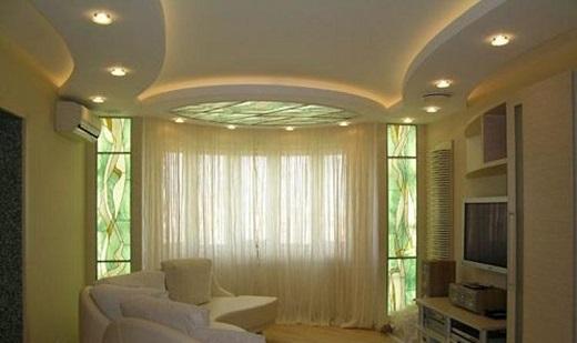 Использование подсветки натяжных потолков в зале