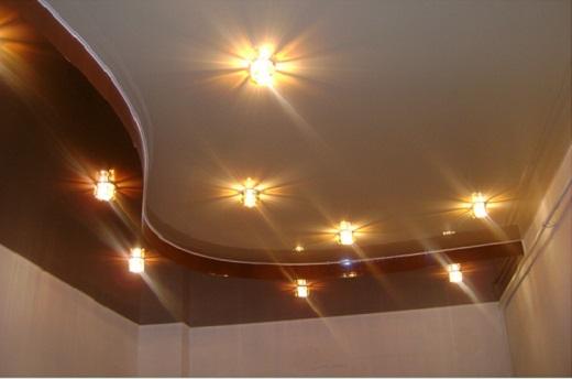 Двухуровневый натяжной потолок на фотографии
