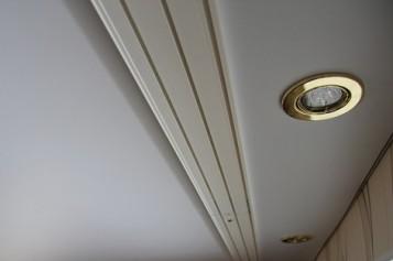 Инструкция по выбору и монтажу гардины под натяжной потолок
