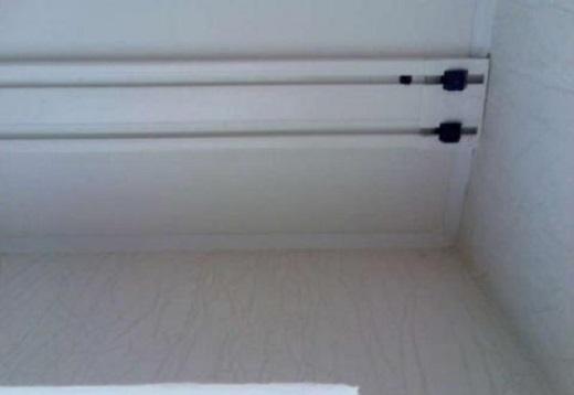 На фото пластиковая гардина на натяжном потолке