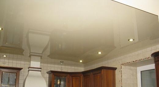 Натяжные одноуровневые потолки для кухни