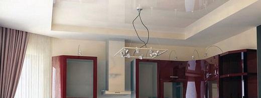 Таким может быть оформление кухни при помощи глянцевых двухуровневых потолков