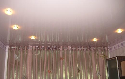 Натяжной потолок с подсветкой в гостиной