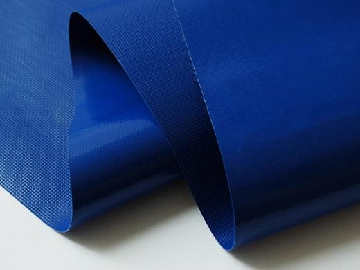 На фото показана ПВХ пленка для натяжных потолков синего цвета