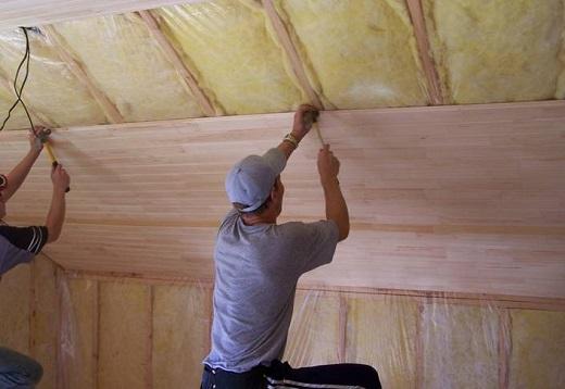 Процесс подшивки потолка на фото