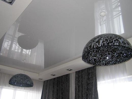 На фото представлен один их приемов визуального увеличения высоты потолка – установка натяжного потолка с отражающей поверхностью.