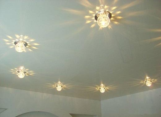 Одноуровневый натяжной потолок с точечными светильниками на снимке