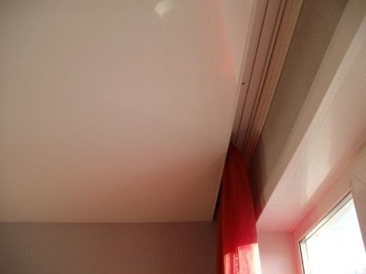 Скрытая гардина на натяжном потолке  на изображении