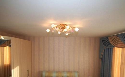 Натяжные потолки одноуровневые для спальни