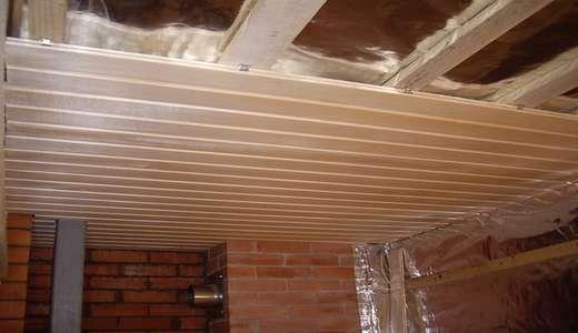 Теплоизоляция потолка в бане показана на снимке
