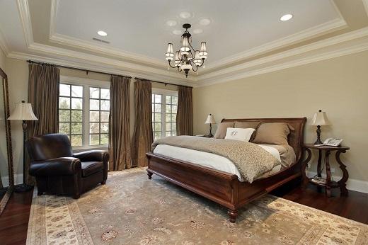 Натяжной потолок в спальне на снимке