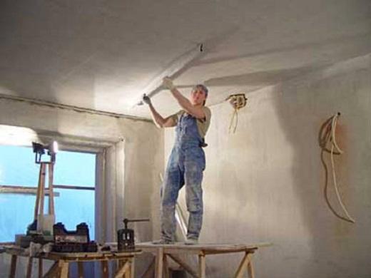 На фото показан процесс выравнивания потолка Ротбандом