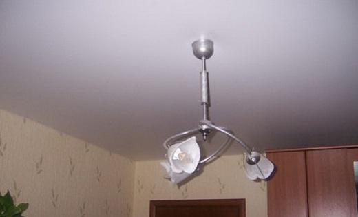 Бесшовный натяжной потолок в спальне на фото