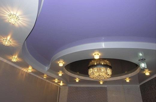 На фото двухуровневые натяжные потолки для зала