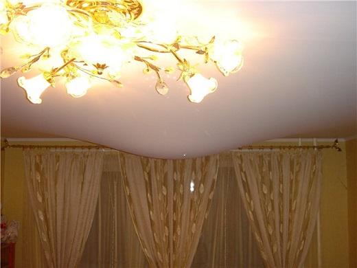 Залитый натяжной потолок на фото