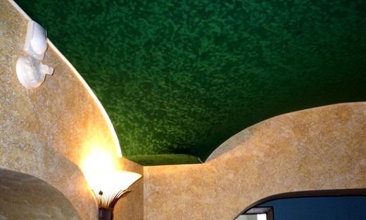 На фото натяжной потолок из ПВХ пленки замшевой текстуры