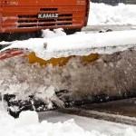 Уборка и вывоз снега лопатами и спецтехникой