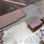 Как положить тротуарную плитку на бетон?
