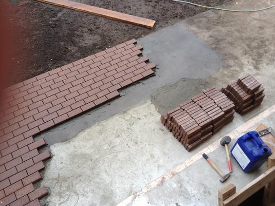 ukladka-trotuarnoj-plitki-na-betonnoe-osnovanie